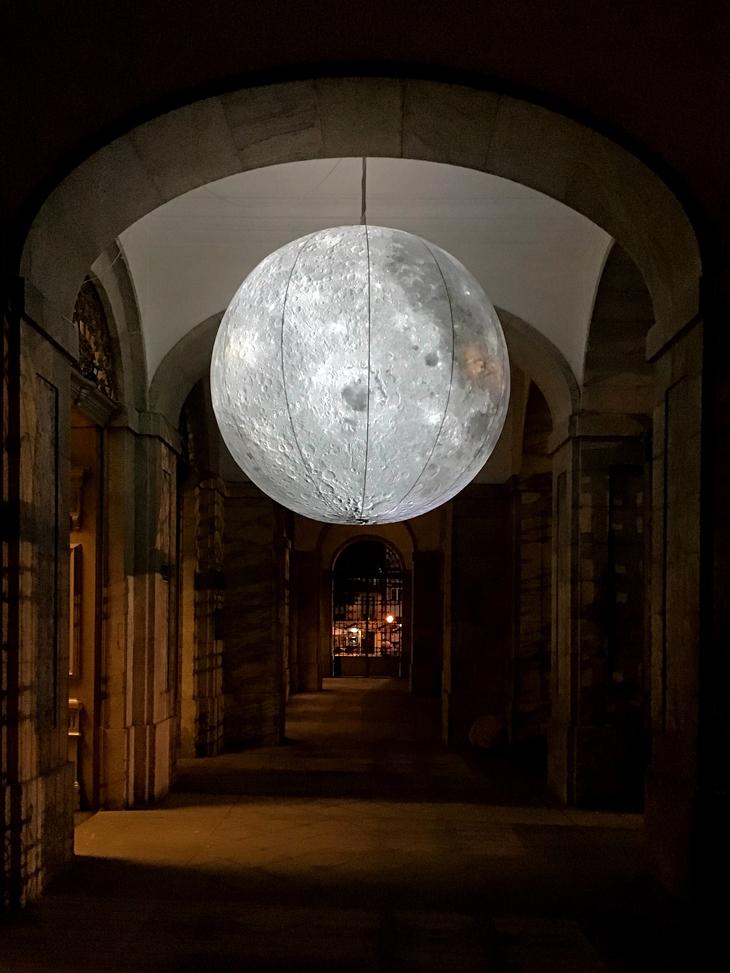 Modelo da Lua com 2,8 m de diâmetro com textura da superfície ©NASA LROC